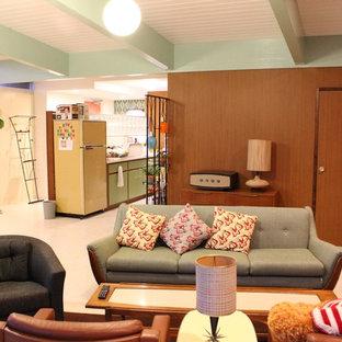 他の地域のミッドセンチュリースタイルのおしゃれなファミリールーム (マルチカラーの壁、ベージュの床) の写真