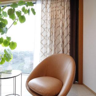Esempio di un grande soggiorno minimal aperto con pareti grigie, pavimento in bambù, nessun camino, TV autoportante e pavimento arancione