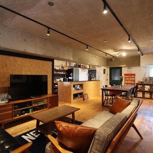 東京23区のインダストリアルスタイルのファミリールームの画像 (白い壁、無垢フローリング、据え置き型テレビ、茶色い床)