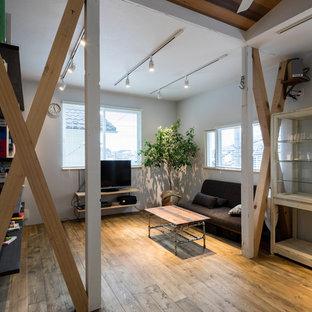 他の地域のインダストリアルスタイルのファミリールームの画像 (白い壁、無垢フローリング、据え置き型テレビ、LDK、茶色い床)