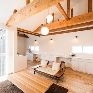 Idéer för att renovera ett orientaliskt allrum med öppen planlösning, med vita väggar, mellanmörkt trägolv och brunt golv