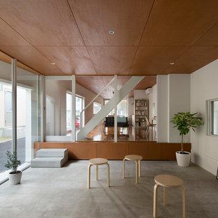 東京23区のコンテンポラリースタイルのおしゃれなファミリールーム (白い壁、コンクリートの床、グレーの床) の写真
