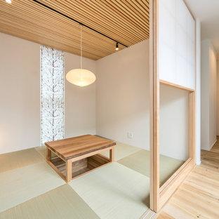 名古屋のアジアンスタイルのおしゃれなファミリールーム (白い壁、畳、緑の床) の写真