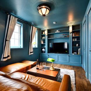東京23区のコンテンポラリースタイルのおしゃれなファミリールーム (青い壁、濃色無垢フローリング、据え置き型テレビ、茶色い床) の写真