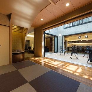 Foto di un soggiorno etnico chiuso con pareti marroni, pavimento in tatami e pavimento multicolore
