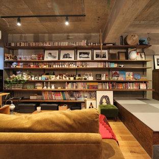 東京23区のインダストリアルスタイルのおしゃれなファミリールーム (ライブラリー、無垢フローリング、茶色い床) の写真