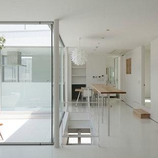 他の地域のモダンスタイルのおしゃれなファミリールーム (白い壁、白い床) の写真
