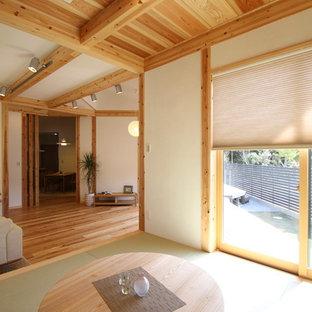 Idee per un soggiorno etnico con pareti bianche, pavimento in tatami e pavimento verde