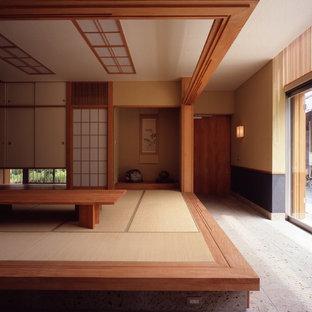 Modelo de sala de estar con barra de bar cerrada, de estilo zen, grande, sin chimenea y televisor, con paredes beige y tatami