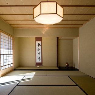 Aménagement d'une salle de séjour asiatique de taille moyenne et fermée avec un mur vert, un sol de tatami et un sol vert.