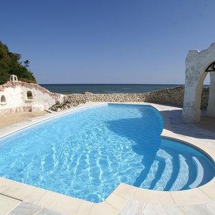 他の地域のオーダーメイド地中海スタイルのおしゃれなプールの写真