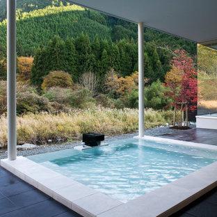 他の地域の長方形コンテンポラリースタイルのおしゃれなプール (噴水、タイル敷き) の写真