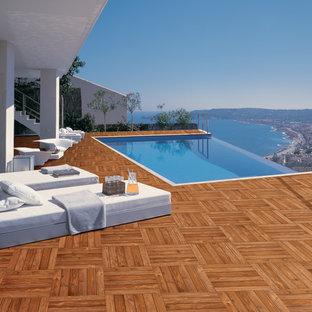 Ispirazione per una piscina a sfioro infinito contemporanea rettangolare sul tetto con piastrelle
