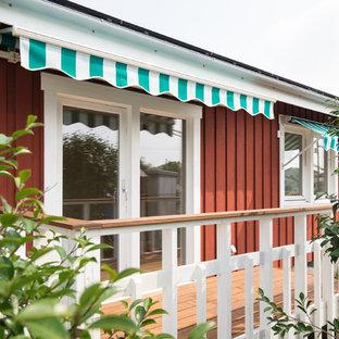 Пример оригинального дизайна: маленький балкон и лоджия в скандинавском стиле с козырьком и деревянными перилами