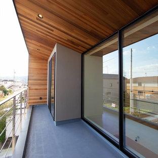 Inspiration pour une terrasse et balcon urbaine de taille moyenne avec une extension de toiture et un garde-corps en métal.
