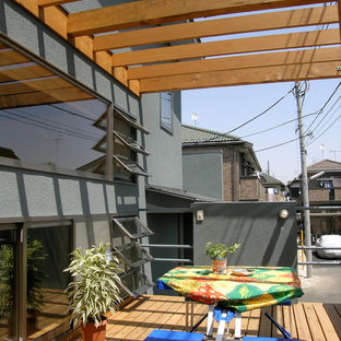 Large scandi wood railing terrace and balcony in Tokyo with a pergola.