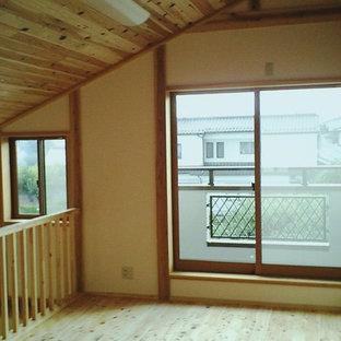 大屋根の下に広がる吹き抜けと、薪ストーブがある家