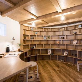 札幌のコンテンポラリースタイルのおしゃれなホームオフィス・書斎 (白い壁、無垢フローリング、造り付け机、茶色い床) の写真