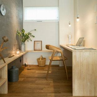 他の地域の北欧スタイルのおしゃれなホームオフィス・仕事部屋 (グレーの壁、無垢フローリング、造り付け机、茶色い床) の写真