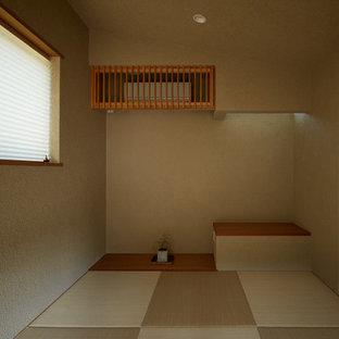 Inspiration för ett mellanstort orientaliskt hemmastudio, med beige väggar, tatamigolv, ett inbyggt skrivbord och grönt golv
