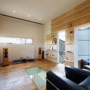 他の地域のコンテンポラリースタイルのおしゃれなホームオフィス・仕事部屋 (白い壁、無垢フローリング、茶色い床) の写真