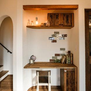 名古屋の地中海スタイルのおしゃれなホームオフィス・書斎 (白い壁、無垢フローリング、造り付け机、茶色い床) の写真