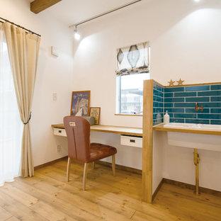 東京都下のカントリー風おしゃれな書斎 (白い壁、無垢フローリング、暖炉なし、造り付け机、茶色い床) の写真