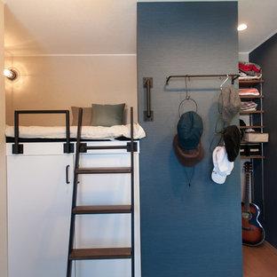 Cette image montre un petit bureau nordique avec un mur bleu, moquette, un bureau intégré et un sol bleu.