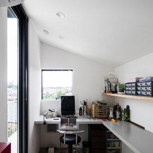 横浜のモダンスタイルのおしゃれなホームオフィス・書斎 (白い壁、コンクリートの床、造り付け机、グレーの床) の写真