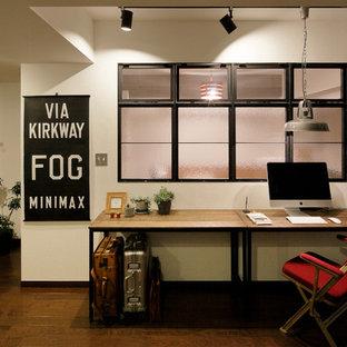 他の地域のインダストリアルスタイルのおしゃれなホームオフィス・書斎 (白い壁、濃色無垢フローリング、自立型机、茶色い床) の写真