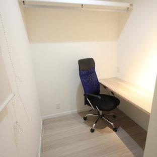 他の地域のモダンスタイルのおしゃれな書斎 (白い壁、合板フローリング、造り付け机、ベージュの床) の写真