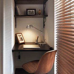東京23区の小さいコンテンポラリースタイルのおしゃれな書斎 (白い壁、暖炉なし、造り付け机、茶色い床) の写真