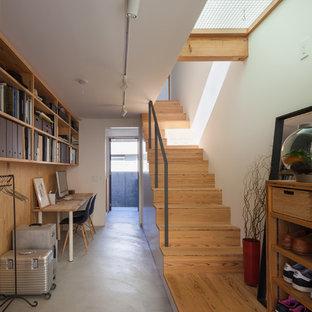 横浜の中サイズのコンテンポラリースタイルのおしゃれなアトリエ・スタジオ (白い壁、コンクリートの床、自立型机、グレーの床) の写真