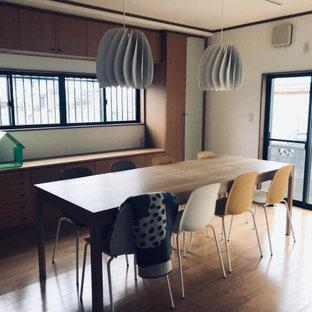 Cette image montre un petit bureau nordique de type studio avec un mur blanc, un sol en contreplaqué, aucune cheminée, un bureau indépendant, un sol marron, un plafond en papier peint et du papier peint.