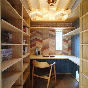 他の地域の小さいコンテンポラリースタイルのおしゃれなホームオフィス・書斎 (淡色無垢フローリング、造り付け机、青い壁、ベージュの床) の写真