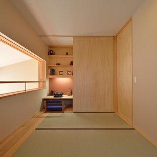 Bild på ett orientaliskt arbetsrum, med beige väggar, tatamigolv, ett inbyggt skrivbord och grönt golv