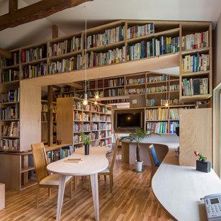 横浜のコンテンポラリースタイルのおしゃれなホームオフィス・仕事部屋 (白い壁、無垢フローリング、造り付け机、ライブラリー) の写真