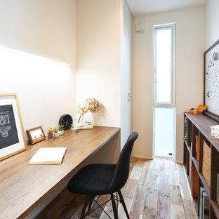 他の地域のモダンスタイルのおしゃれなホームオフィス・書斎 (ライブラリー、白い壁、濃色無垢フローリング、茶色い床) の写真