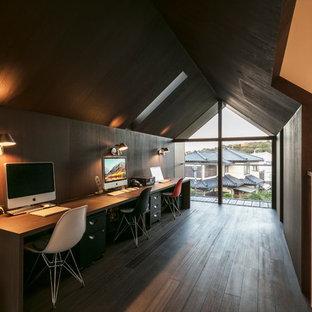 他の地域のミッドセンチュリースタイルのおしゃれなホームオフィス・書斎 (茶色い壁、濃色無垢フローリング、自立型机、茶色い床) の写真
