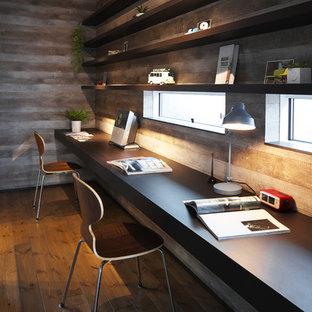 他の地域のインダストリアルスタイルのおしゃれなホームオフィス・書斎 (グレーの壁、無垢フローリング、造り付け机) の写真