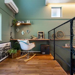 Стильный дизайн: рабочее место среднего размера с зелеными стенами, паркетным полом среднего тона, встроенным рабочим столом, потолком с обоями и обоями на стенах - последний тренд