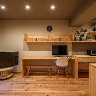 東京23区のアジアンスタイルのおしゃれなホームオフィス・書斎 (ベージュの壁、無垢フローリング、自立型机、茶色い床) の写真