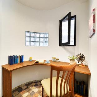 Idée de décoration pour un bureau nordique avec un mur blanc, un bureau intégré et un sol multicolore.