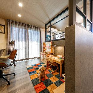 東京都下のエクレクティックスタイルのおしゃれなホームオフィス・書斎 (グレーの壁、淡色無垢フローリング、グレーの床) の写真