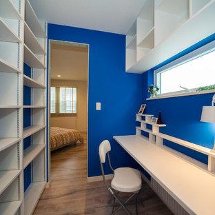 他の地域のトランジショナルスタイルのおしゃれなホームオフィス・仕事部屋 (青い壁、造り付け机、無垢フローリング) の写真