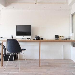 東京23区の北欧スタイルのおしゃれなホームオフィス・書斎 (白い壁、塗装フローリング、自立型机、ベージュの床) の写真