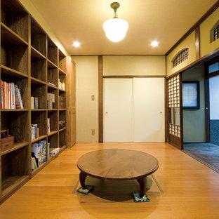 Bild på ett orientaliskt arbetsrum, med beige väggar, mellanmörkt trägolv och ett fristående skrivbord