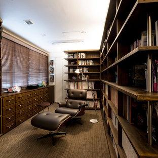 他の地域のラスティックスタイルのおしゃれなホームオフィス・書斎 (白い壁、カーペット敷き、茶色い床) の写真