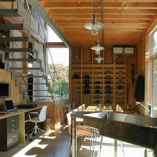 Cette image montre un bureau urbain de taille moyenne avec un mur marron, un sol en travertin, aucune cheminée et un bureau intégré.