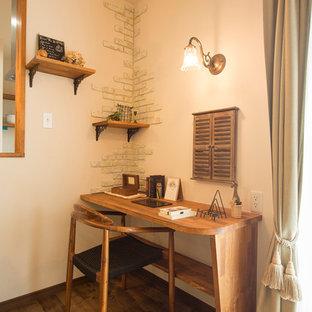 他の地域のカントリー風おしゃれなホームオフィス・仕事部屋 (白い壁、無垢フローリング、自立型机、茶色い床) の写真